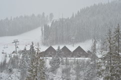 Sneeuw behandeld chalet, de winterachtergrond met exemplaarruimte royalty-vrije stock afbeeldingen
