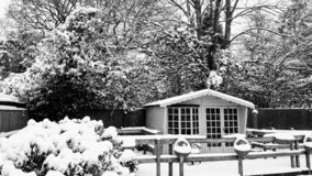 Sneeuw behandeld de zomerhuis royalty-vrije stock afbeelding