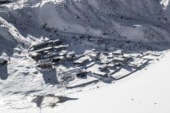 Sneeuw behandeld dorp in Himalayagebergte Royalty-vrije Stock Foto