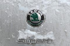 Sneeuw behandeld embleem van de Buitengewone auto van Skoda Royalty-vrije Stock Afbeelding