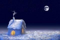 Sneeuw behandeld huis Stock Foto's