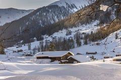 Sneeuw behandeld Landbouwbedrijf in de bergen van Davos, Zwitserland Stock Foto's