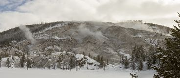 Sneeuw behandeld landschap van het Gebrul van Bergopeningen in Yellowstone royalty-vrije stock afbeelding