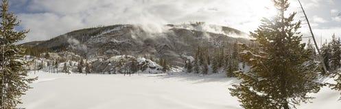 Sneeuw behandeld landschap van het Gebrul van de openingen van de Berggeiser in Yello Stock Foto