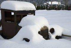 Sneeuw Behandelde Antieke Vrachtwagen Stock Afbeeldingen