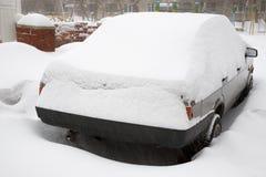 Sneeuw behandelde auto royalty-vrije stock afbeeldingen