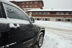 Sneeuw behandelde auto Stock Afbeeldingen