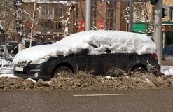 Sneeuw behandelde auto Stock Afbeelding