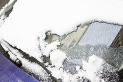 Sneeuw behandelde auto in de winter Stock Afbeelding