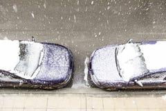 Sneeuw behandelde auto in de winter Royalty-vrije Stock Afbeelding