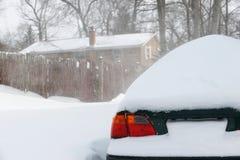 Sneeuw behandelde auto na blizzard stock foto's