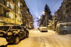 Sneeuw behandelde auto's op de straat in Sofia, Bulgarije Royalty-vrije Stock Afbeelding