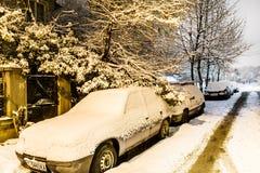 Sneeuw behandelde auto's op de straat in Sofia, Bulgarije Royalty-vrije Stock Afbeeldingen