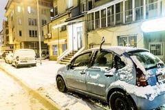 Sneeuw behandelde auto's op de straat in Sofia, Bulgarije Stock Foto's
