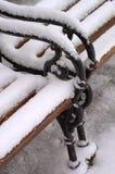 Sneeuw behandelde bank royalty-vrije stock foto