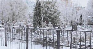 Sneeuw behandelde Begraafplaats stock footage