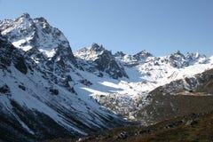 Sneeuw behandelde bergbovenkanten royalty-vrije stock fotografie