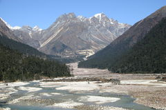 Sneeuw behandelde bergbovenkanten en vallei royalty-vrije stock afbeelding