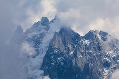 Sneeuw behandelde bergen en rotsachtige pieken in de Franse Alpen Stock Foto