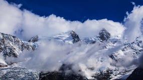 Sneeuw behandelde bergen en rotsachtige pieken in de Franse Alpen Stock Fotografie