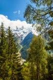 Sneeuw behandelde bergen en rotsachtige pieken in de Franse Alpen Stock Afbeelding
