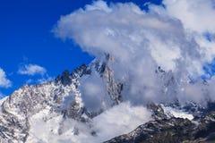 Sneeuw behandelde bergen en rotsachtige pieken in de Franse Alpen Royalty-vrije Stock Foto's