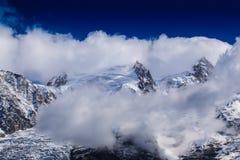 Sneeuw behandelde bergen en rotsachtige pieken in de Franse Alpen Stock Foto's