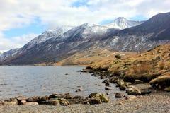 Sneeuw behandelde bergen in het Meerdistrict Stock Afbeeldingen