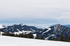 Sneeuw behandelde bergen op achtergrond van skiheuvel stock foto's