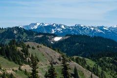 Sneeuw behandelde bergpieken royalty-vrije stock fotografie