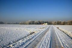 Sneeuw behandelde countysideweg stock afbeelding