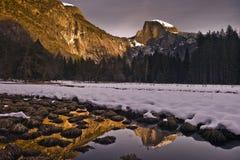 Sneeuw behandelde Halve Koepel bij Zonsondergang Stock Foto's
