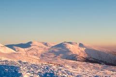 Sneeuw behandelde hellingsclose-up in wintertijd Berg Kerstmis Royalty-vrije Stock Afbeeldingen