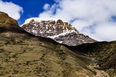 Sneeuw Behandelde Himalayan-Bergpiek met CloudscapeOn de Manier aan Gurudongmar stock afbeeldingen