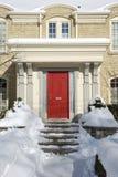 Sneeuw behandelde huisingang Stock Afbeeldingen