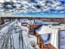 Sneeuw behandelde kerk met het breken van hemel Stock Foto