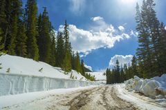 Sneeuw Behandelde Landweg door een Snowbank in de Bergen royalty-vrije stock fotografie