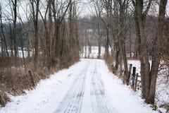 Sneeuw behandelde landweg, op een plattelandsgebied van Carroll County, Ma Royalty-vrije Stock Foto