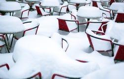 Sneeuw Behandelde Lijsten en Stoelen Royalty-vrije Stock Afbeeldingen