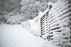 Sneeuw Behandelde Omheining in de Winter - Sneeuwlandschap stock afbeelding