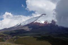 Sneeuw behandelde piek van Cotopaxi-Vulkaan stock fotografie