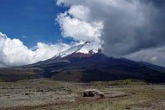 Sneeuw behandelde piek van Cotopaxi-Vulkaan stock afbeeldingen