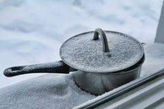 Sneeuw behandelde pot op het venster Stock Foto's