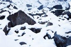 Sneeuw behandelde rotsen Royalty-vrije Stock Afbeeldingen