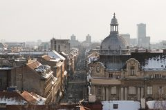 Sneeuw behandelde straat en daken in Zagreb, Kroatië tijdens de winter Stedelijk landschap van een stad stock afbeeldingen