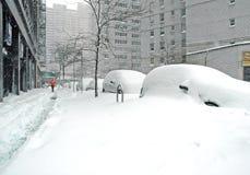 Sneeuw behandelde straat na sneeuwstorm, de Stad van New York Royalty-vrije Stock Fotografie