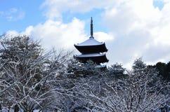 Sneeuw behandelde tempel, de winter in Kyoto Japan Royalty-vrije Stock Foto's