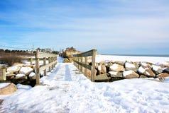 Sneeuw behandelde voetbrug langs kuststraat Stock Fotografie