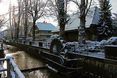Sneeuw behandelde watermolen in het centrum van Lyss, Zwitserland stock afbeelding