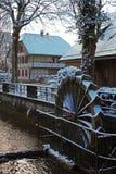 Sneeuw behandelde watermolen in Lyss Zwitserland stock afbeelding